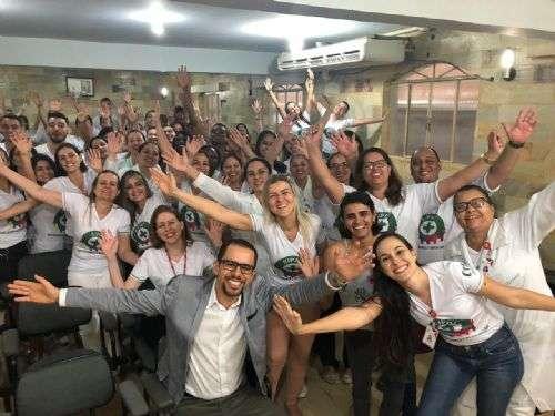 Lucas Fonseca com profissionais do hospital da Rede São Camilo em Resplendor/MG